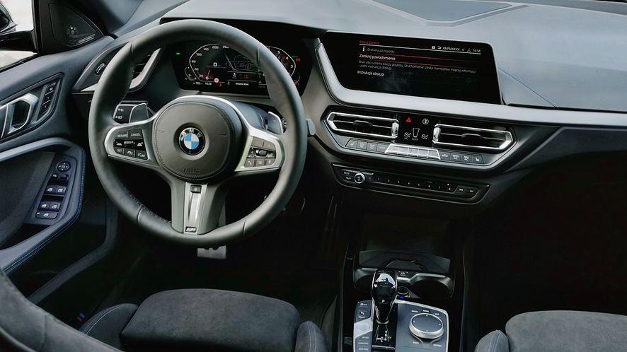 W porównaniu do Mercedesa CLA, wnętrze BMW Serii 2 wydaje się bardzo stonowane