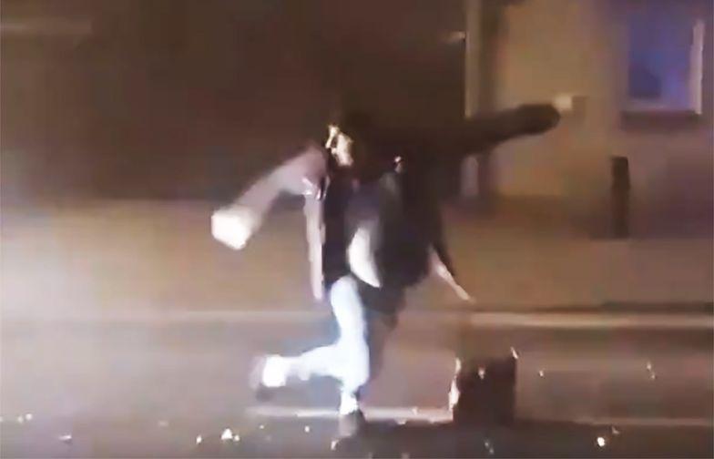 Makabra w Kościanie. Odpalał fajerwerki na ulicy i stało się coś złego. Przerażające wideo
