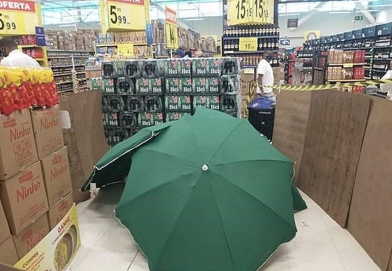 Zwłoki w Carrefourze. Przykryto je parasolami, a sklep dalej działał