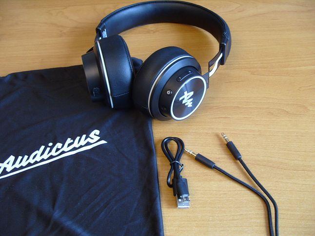 Zawartość opakowania: słuchawki, kabel USB, przewód słuchawkowy, materiałowe etui