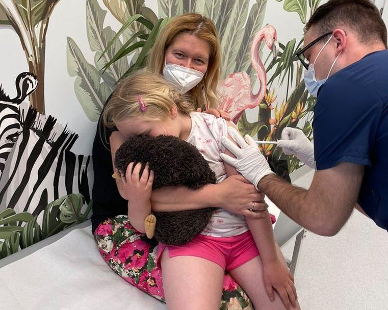 Zosia bierze udział w badaniach Pfizera. Najmłodsze dziecko zaszczepione w Polsce