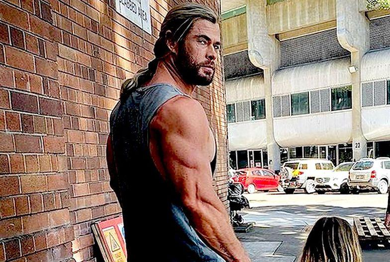 Wygląda jak bóg, ale tylko do pasa. Internet śmieje się z Thora