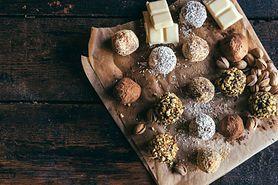 Desery bez pieczenia z jadłospisu Ewy Chodakowskiej — praliny sezamowe, migdałowo-daktylowe, kokosowo-czekoladowe
