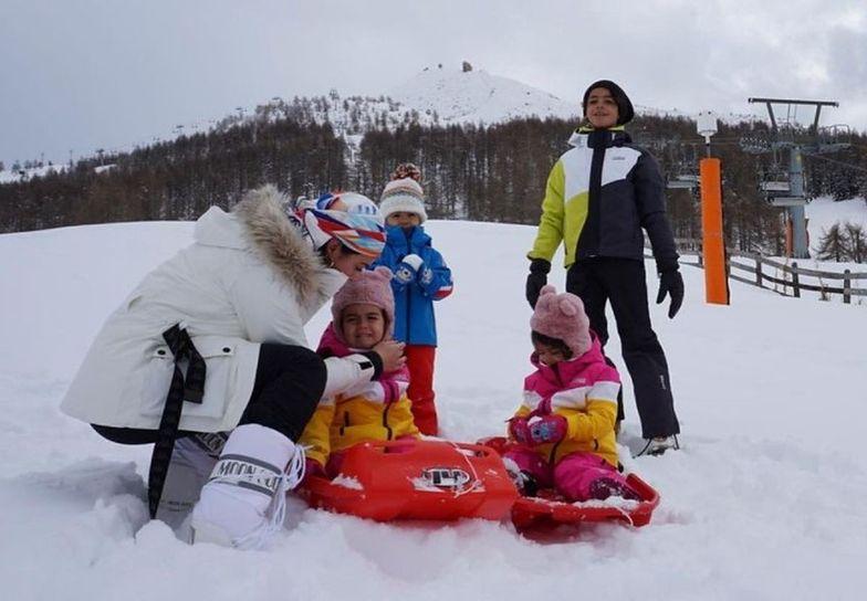 Urocza gromadka. Partnerka Ronaldo szalała z dziećmi na śniegu
