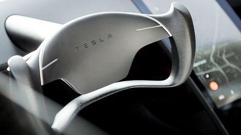 Tesla z nową aktualizacją: Potrafi przejeżdżać na zielonym świetle