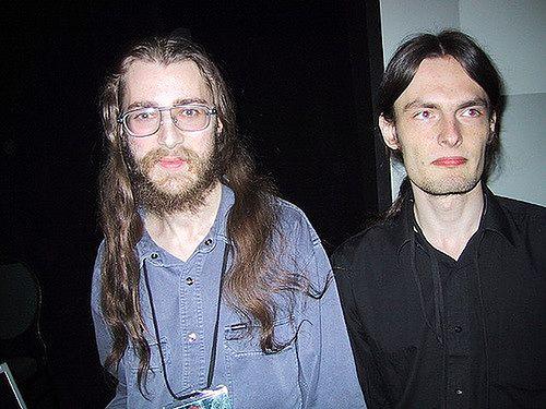 Ubrany na czarno Nergal w towarzystwie Solar Designera. Zdjęcie wykonane w 2002 roku.