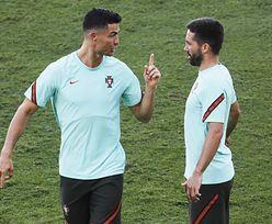 Euro 2020. Ronaldo schował coś za getrą, a internauci to dostrzegli. Zdjęcie robi furorę