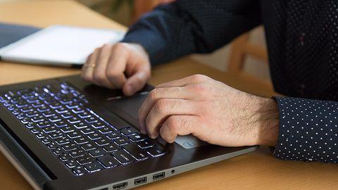 Jednoczesny wzrost pracy zdalnej i wizyt na stronach pornograficznych. To nie przypadek