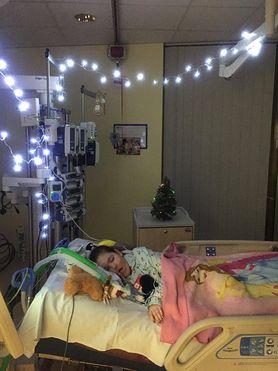 Otrzymała ponad 10 tys. świątecznych kartek. Ojciec spełnił marzenie umierającej córki