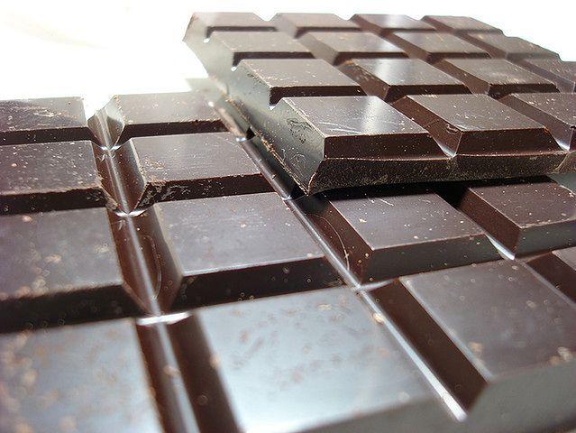 Kilka kostek gorzkiej czekolady
