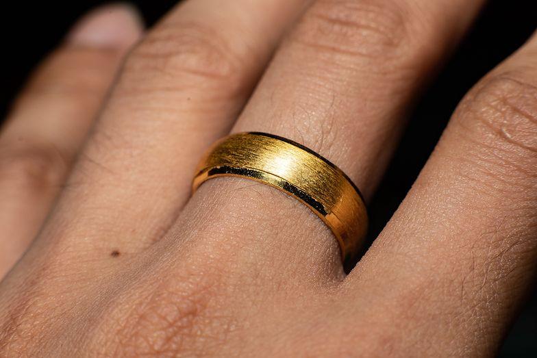 Dlaczego złoto brudzi skórę?