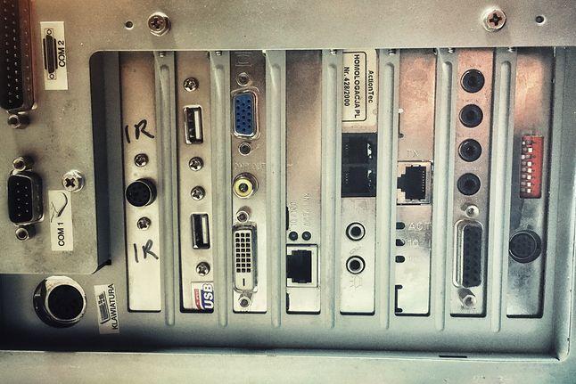 Na tylnych panelach znajdowały się nie tylko boki kart rozszerzeń, ale także wyprowadzone z igieł gniazda, jak COM i LPT, a na przykładzie powyżej również PS/2 i USB. Na dole znajduje się karta ISA, z zakresem pamięci programowalnym zworkami-przełącznikami
