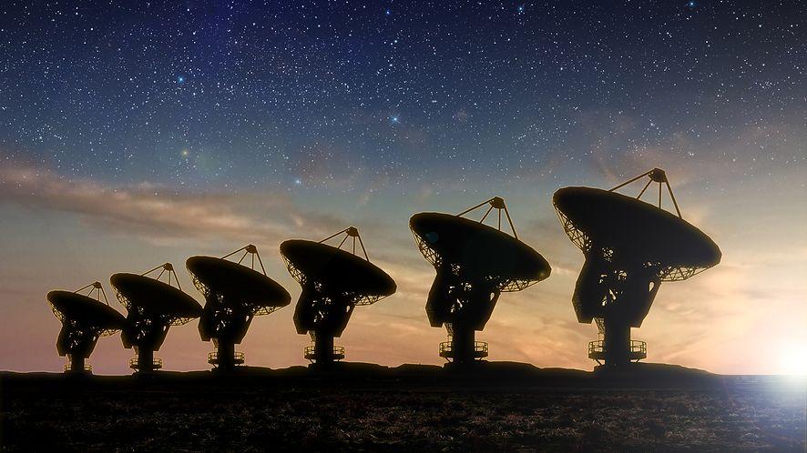 Radioteleskopy widok w nocy z depositphotos
