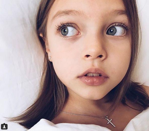 Dziewczynka ma piękne, duże i szare oczy