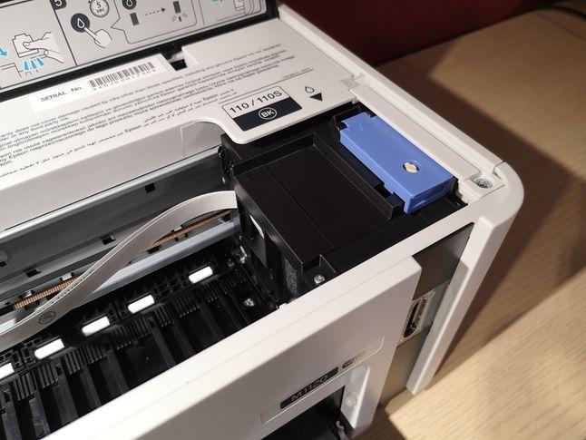 Po otwarciu klapy widać karetkę i system napełniania tuszem.