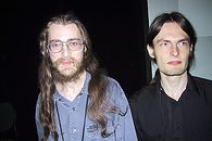 Rafał Wojtczuk — majestatyczny strażnik bezpieczeństwa Linuksa - Ubrany na czarno Nergal w towarzystwie Solar Designera. Zdjęcie wykonane w 2002 roku.