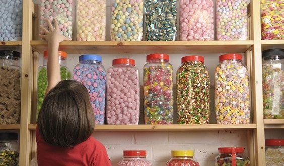 Reklamy wprowadzające dzieci w błąd zachęcają je do zakupu niezdrowych produktów (WIDEO)