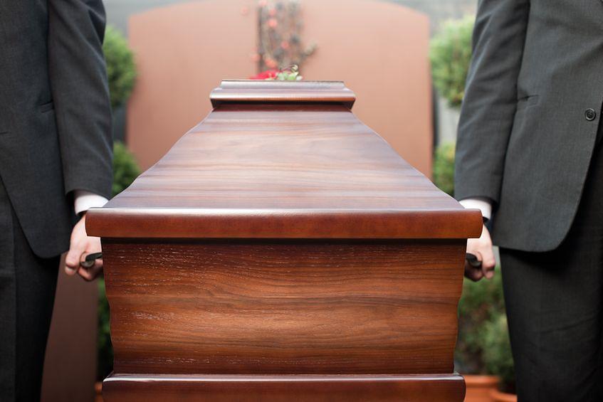 Pracownicy zakładów pogrzebowych pracujący przy zwłokach