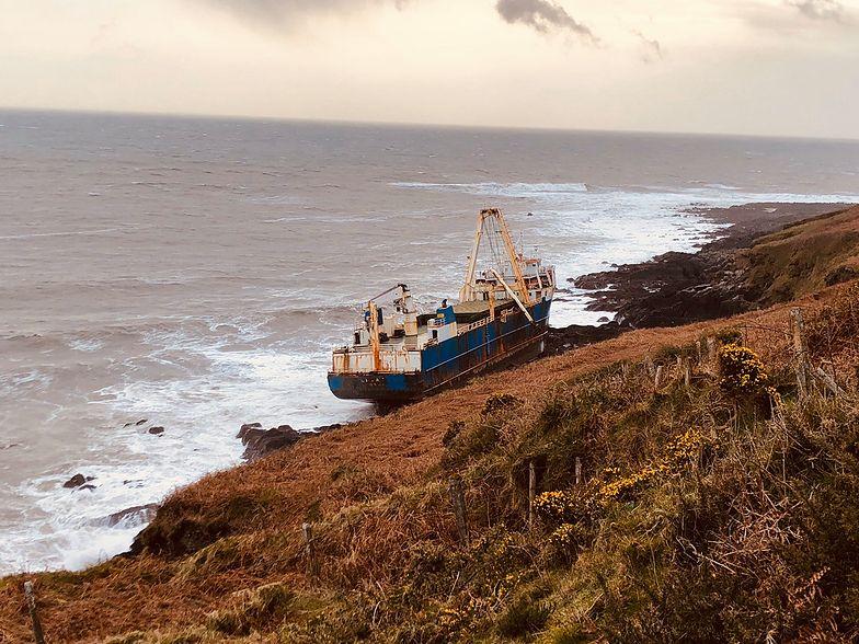 Sztorm Dennis zepchnał statek widmo na irlandzkie wybrzeże