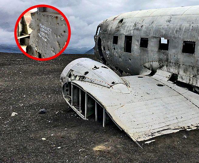 Napisy na wraku rozbitego samolotu US Army.