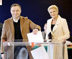 Politycy przy urnach wyborczych
