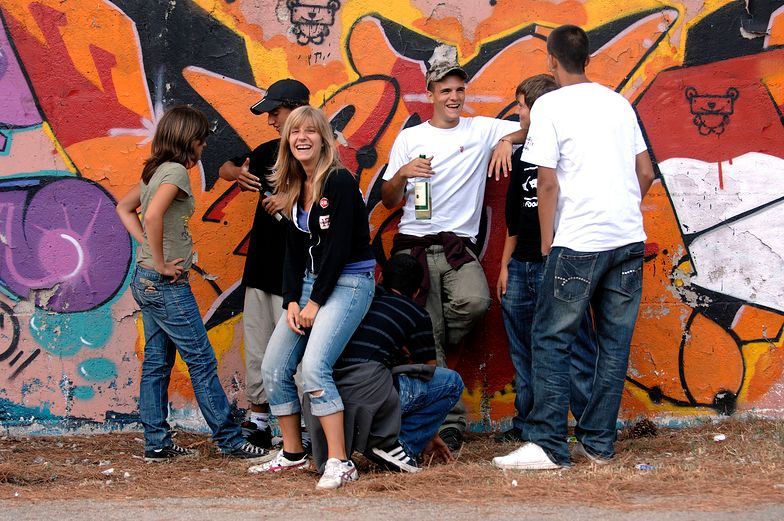 Policja będzie rozbierać nastolatki. Za biedni na dobre ciuchy