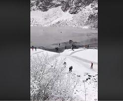"""Turyści chodzą po lodzie na Morskim Oku. """"Jego warstwa jest cienka"""""""