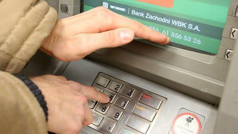 Uważaj na cash trapping. Bardzo groźny sposób przejęcia pieniędzy z bankomatu