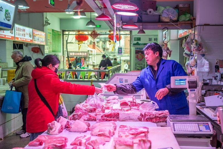 Niepokój w Chinach. Ludzie ograniczają jedzenie. Boją się koronawirusa