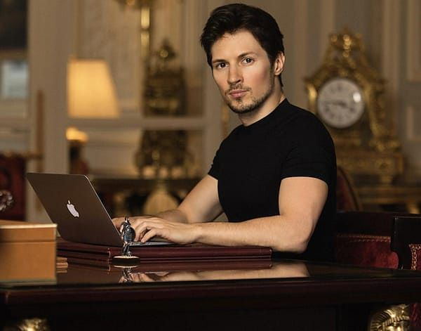 Durov w pałacowej scenerii.