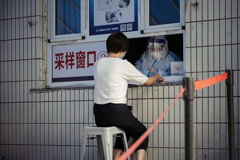 Chiny zmuszają ludzi do brania leków. Mieszkańcy są oburzeni
