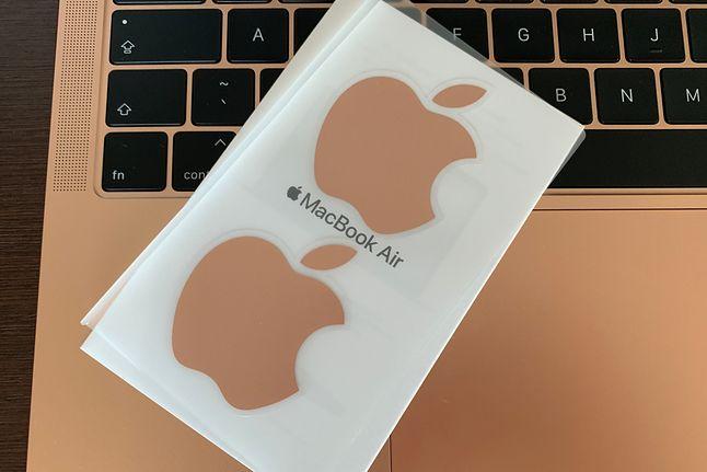 Do wersji złotej dodawane są złote naklejki Apple.