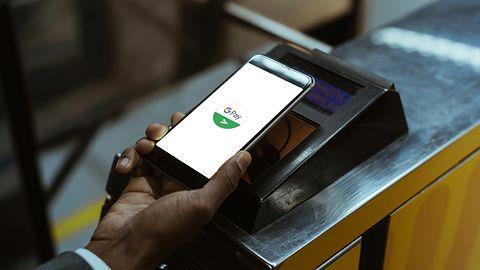 Coraz więcej Polaków płaci za zakupy smartfonem. Statystyki są jednoznaczne