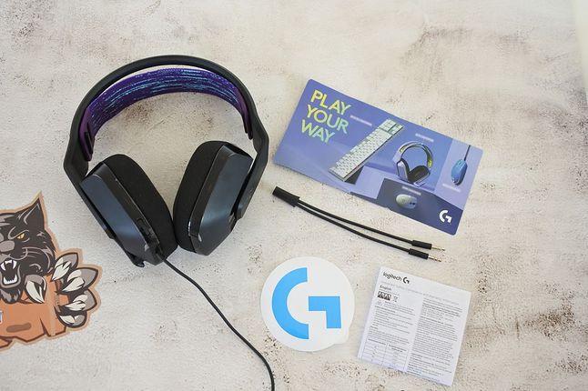 W zestawie ze słuchawkami znajdziemy: instrukcję obsługi, naklejkę z logo Logitech G, a także rozdzielacz słuchawki/mikrofon.