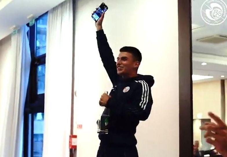 Piłkarz zaśpiewał Francuzom hit Zenka Martyniuka! Uśmiejesz się do łez