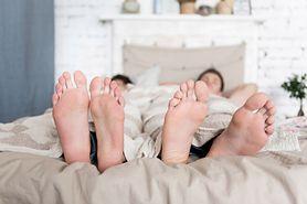 Biali mężczyźni, którzy śpią 9 godzin, mają większe ryzyko udaru. Zaskakujące wyniki badań