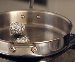 Połóż kulki z folii aluminiowej na patelni. Kuchenny trik, który cię zaskoczy