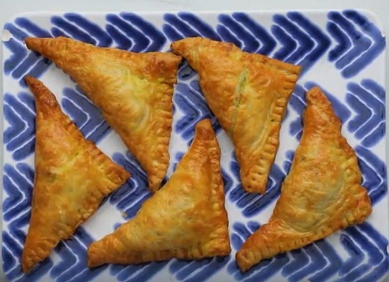 Pyszna alternatywa dla tradycyjnej kuchni. Trójkąty curry z ciasta francuskiego