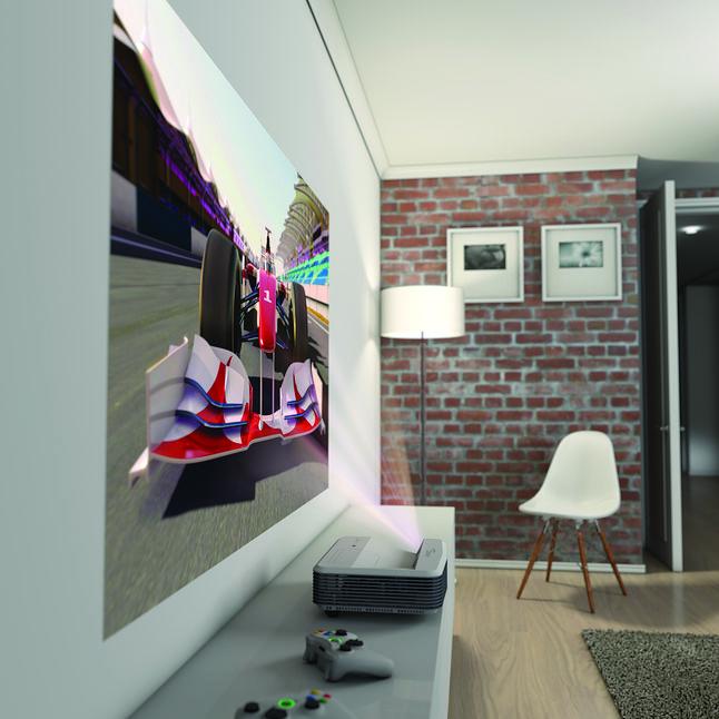 Projekcja w systemie ultrakrótkiego rzutu (UST), gdzie projektor może wygenerować obraz o przekątnej 100 cali, stojąc na półce tradycyjnie przystosowanej pod telewizor.