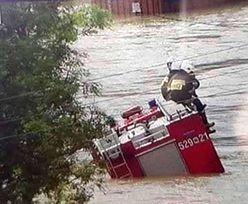 """Dramat na Podkarpaciu. """"Powódź błyskawiczna"""". Woda porywała auta, zerwała most"""