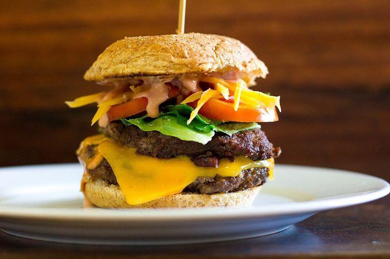 Domowe burgery są najlepszym pomysłem na szybki i sycący obiad.