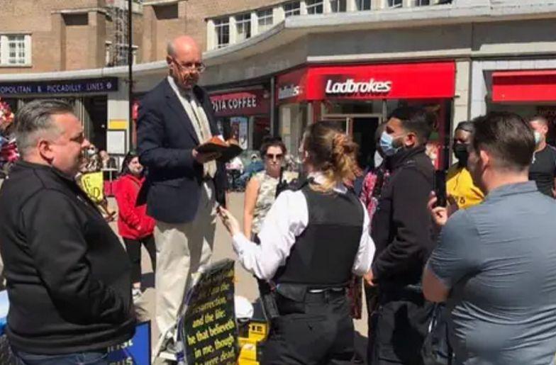 Duchowny wygłosił homofobiczne kazanie. Policja aresztowała go przy wiernych
