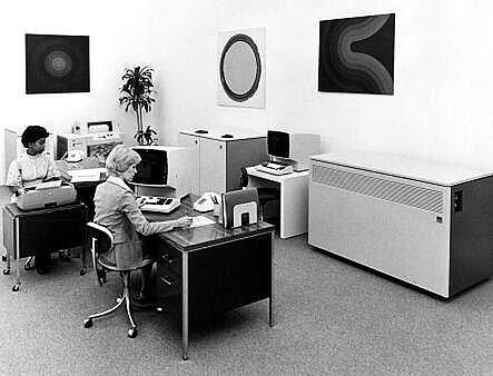 Nie, nie. To nie zdjęcie z ZUS-u. IBM 4331 to ta skrzynia pod ścianą.