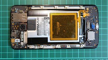 Nie mamy aktualizacji i co nam Pan zrobi... - Po zdjęciu tylnej pokrywy widoczna bateria z anteną NFC (Moto X Play)