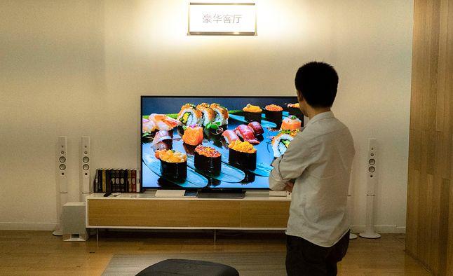 Zarówno telewizory QLED, jak i OLED są świetnym wyborem dla graczy, ale tylko jeden typ zachowuje najwyższą jakość obrazu w trybie gry, fot. Zhang Peng/LightRocket via Getty Images