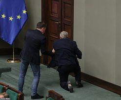 Marek Suski na kolanach. Nagranie z Sejmu lotem błyskawicy obiegło internet