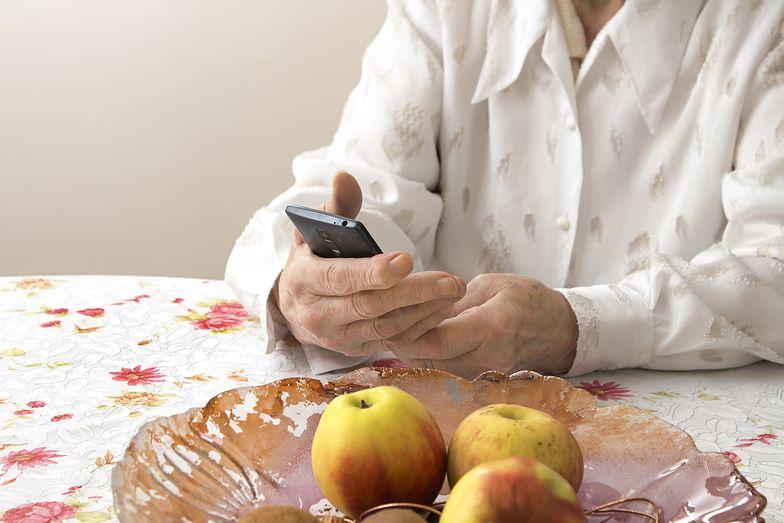 Seniorka wkręcona w aplikację. Z konta wyparowała pokaźna kwota