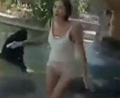 Kobieta wdarła się na wybieg dla małp. Chciała nakarmić je chipsami