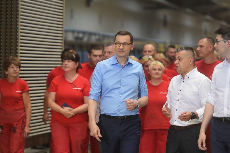 Premier Mateusz Morawiecki przemawia podczas wizyty w zakładzie produkcyjnym Ceramika Tubądzin