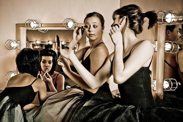 Kobiety przeglądające się w lustrze